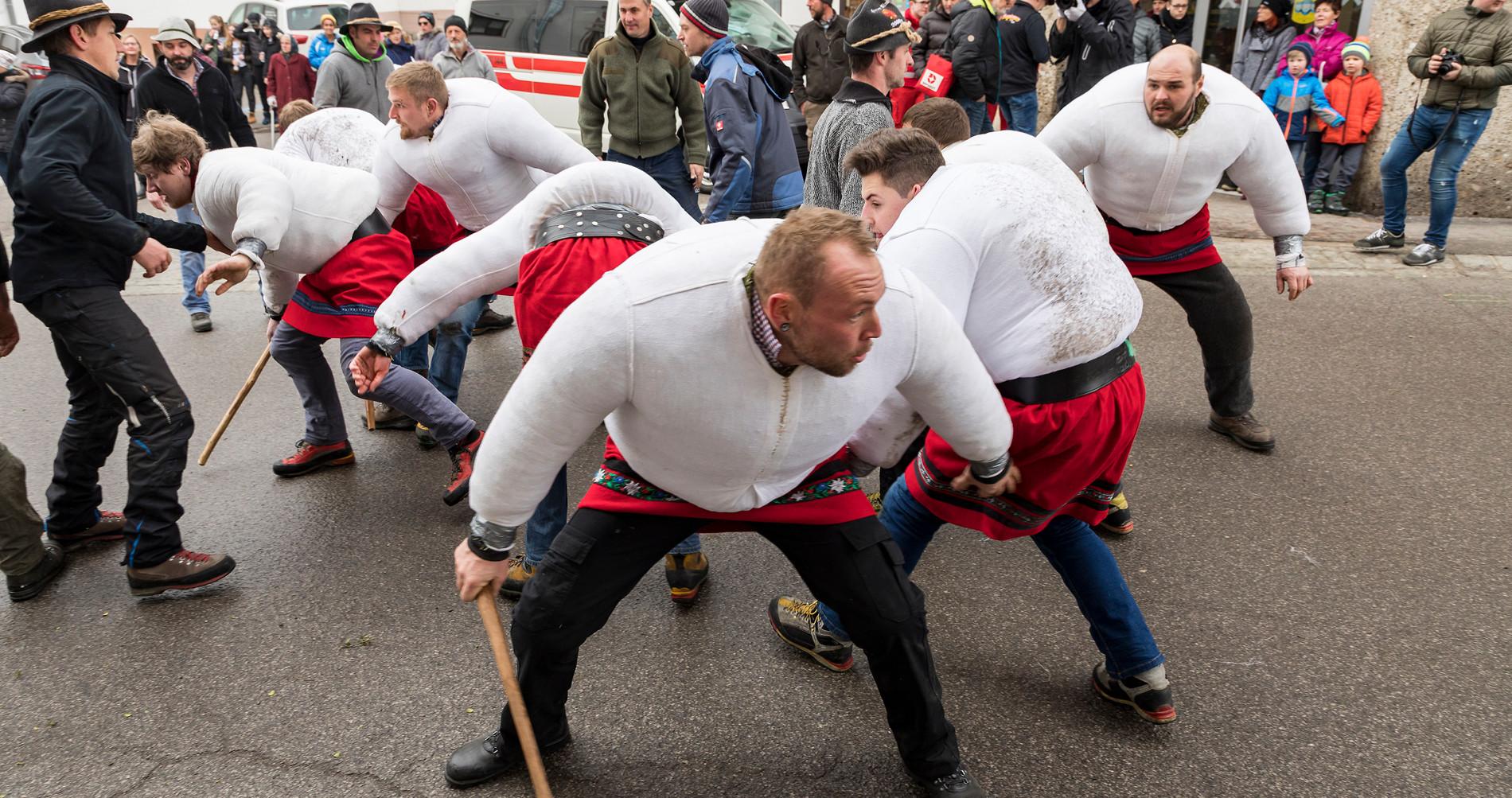 <p>Achtsame Wampeler:Geduckt und tänzelnd bewegen sich die Wampeler fort. Dabei müssen sie immer die Reiter im Blick haben. Was gar nicht so einfach ist, denn diese sind nicht verkleidet, sondern tragen normale Straßenkleidung.</p>