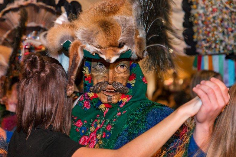 Frauen, die bei der Herstellung der Gewänder mitgeholfen haben, werden von den Mullern zum Tanz aufgefordert.