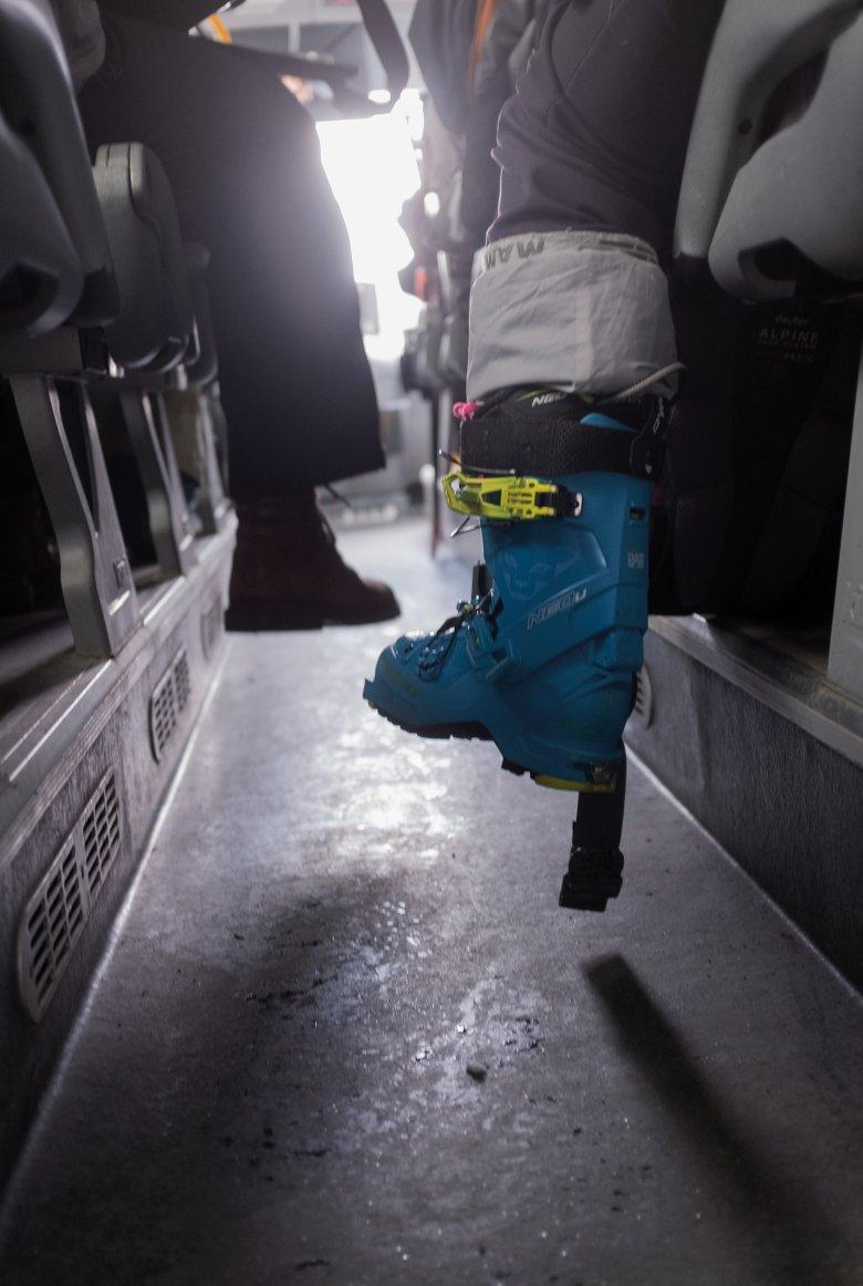Die eine ins Skigebiet, der andere ins Büro. Der Winter bringt eine bunte Mischung in die Tiroler Busse.