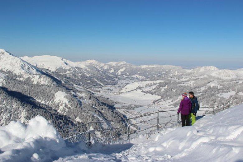 Winterwanderer im Tannheimer Tal. (Foto: TVB Tannheimer Tal)
