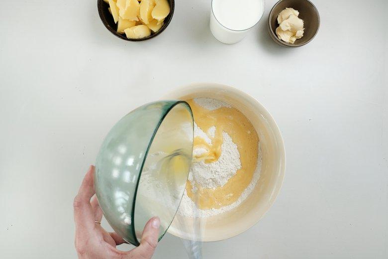 Eiermasse vorsichtig unter das Mehl heben.