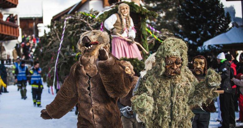 Bär und Miasmann:Bär und Miasmann werden vor den Bloch gespannt und helfen gemeinsam, diesen durch die Straßen zu ziehen. In ihrer Hütte vorne am Bloch sitzt die Oberhexe.