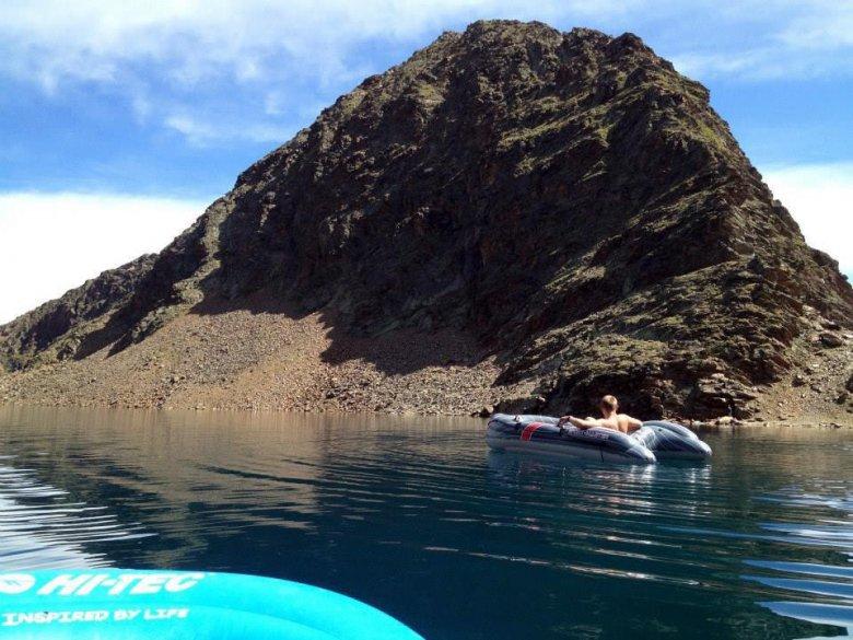 Mit dem Schlauchboot auf 2792 m eine Runde im kristallklaren Bergsee zu drehen ist ein besonderer Genuss für Walter (Foto: Walter Gfader)           , © Walter Gfader