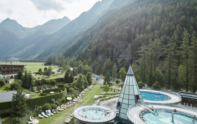 Die Schalenförmigen Außenbecken sind charakteristisch für die Wellness-Oase des Aqua Dome in Längenfeld. Foto: Tirol Werbung