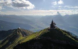 Die Kellerjochkapelle hoch über dem Inntal. (c) TVB Silberregion Karwendel