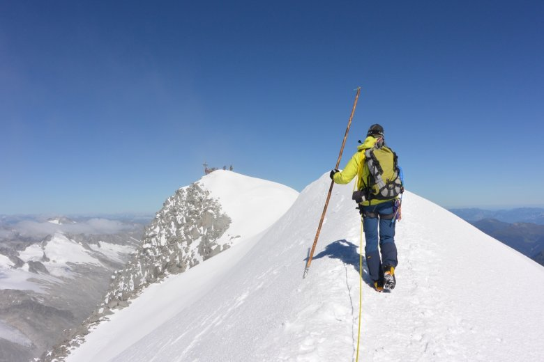 Sieht aus wie im Winter: Die letzten Meter am Gipfelgrat des Großvenedigers – mitten im August.