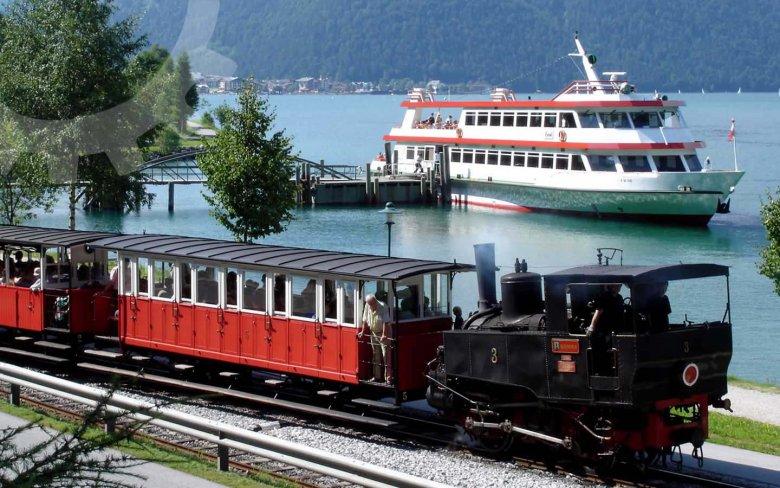 Zwar ein sehr touristisches Angebot, trotzdem empfehlenswert: Mit der Achenseebahn und der Achenseeschifffahrt den Achensee erkunden. (Foto: Achenseebahn)