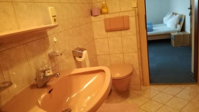 DU/WC von Doppel/Dreibettzimmer