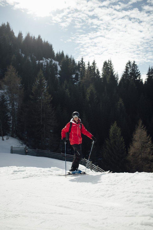 Zweitberuf Skilehrer. Eigentlich ist Basti Profi-Paraglider und entsprechend viel unterwegs. An zwölf verschiedenen Orten auf der ganzen Welt finden während des Sommers Wettbewerbe statt.
