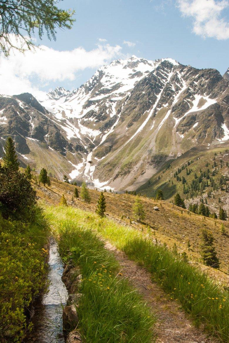Am Waal entlang führt der Weg durch das Fundustal zur Frischmannhütte. Foto: Jannis Braun