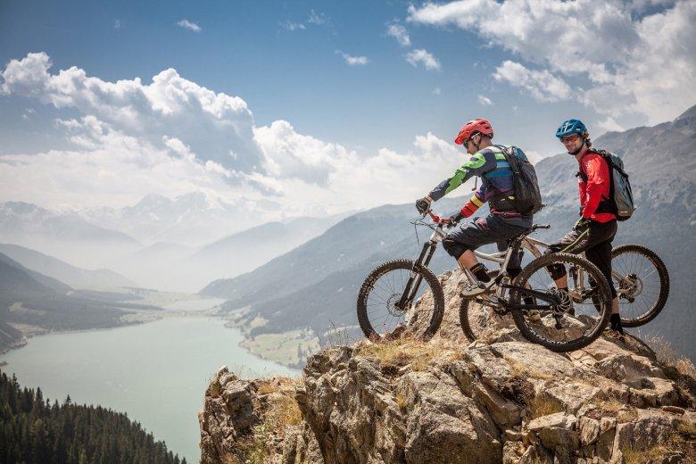 Beliebtes Fotomotiv beim Plamort Trail: Ein Fels mit Ausblick auf den Reschensee. (Foto: Walch, Nauders Tourimus)