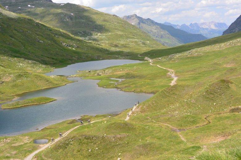 Die Grenze zwischen Tirol und Vorarlberg verläuft genau durch die Scheidseen.