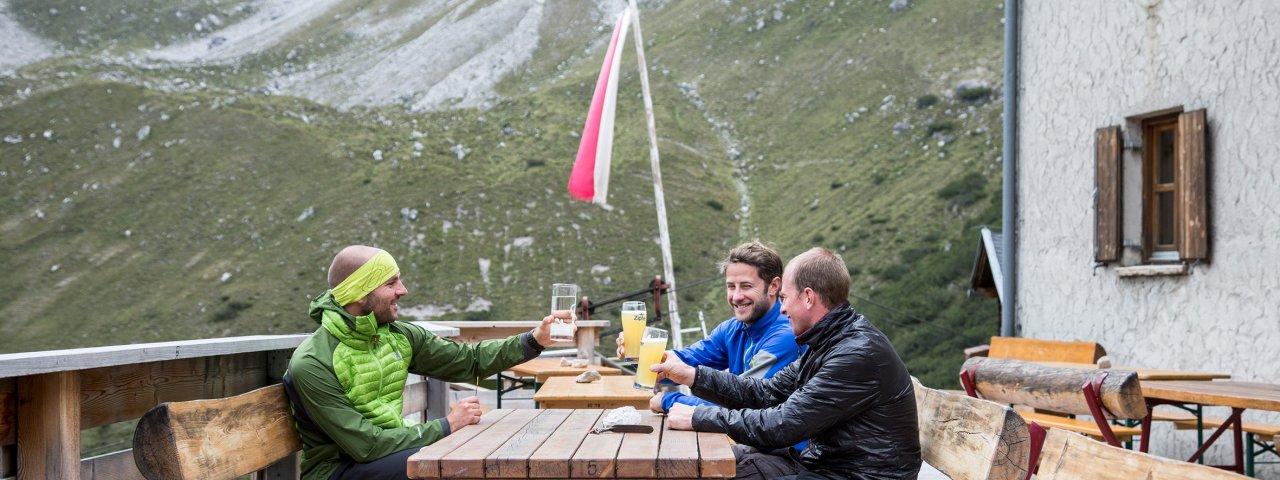 Terrasse der Steinseehütte, © Tirol Werbung/Dominik Gigler