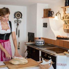 Annelies Paulweber ist berühmt für ihr Selbstgebackenes, vor allem für den Hefezopf., © Tirol Werbung/Lisa Hörterer