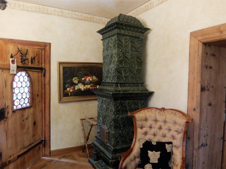 In den meisten Räumen findet man originale, alte Kachelöfen die noch betriebsbereit sind.