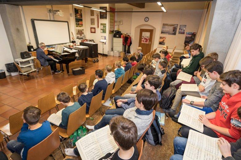 """Je öfter die Burschen Bachs Werke singen, desto mehr Freude haben sie daran, erzählt der Chorleiter. Als er neulich während einer Probe ganz begeistert fragte: """"Was gibt es denn Schöneres als Bach?"""", zeigte Florian auf und antwortete überzeugt: """"Noch mehr Bach!"""""""