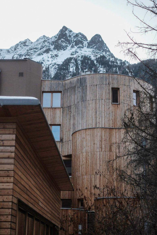 Das Naturhotel Waldklause ziert eine beeindruckende Holz-Fassade.