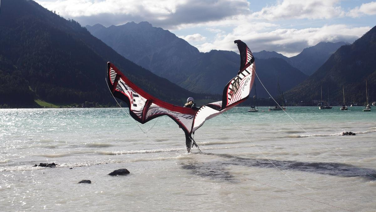Segeln, surfen, kiten – der Achensee vereint Wassersport mit majestätischer Bergkulisse. An mehreren Orten werden Segelboote, Kanus und Surfbretter verliehen. Auch der allerneueste Trend lässt sich am Achensee perfekt ausprobieren: Stand-Up-Paddling., © Tirol Werbung/Ziegelböck Maria