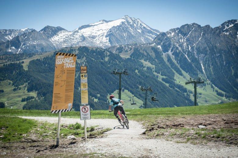 Den Einstieg in die Isskogel Trails finden wir dank der überdeutlichen Beschilderung schnell.