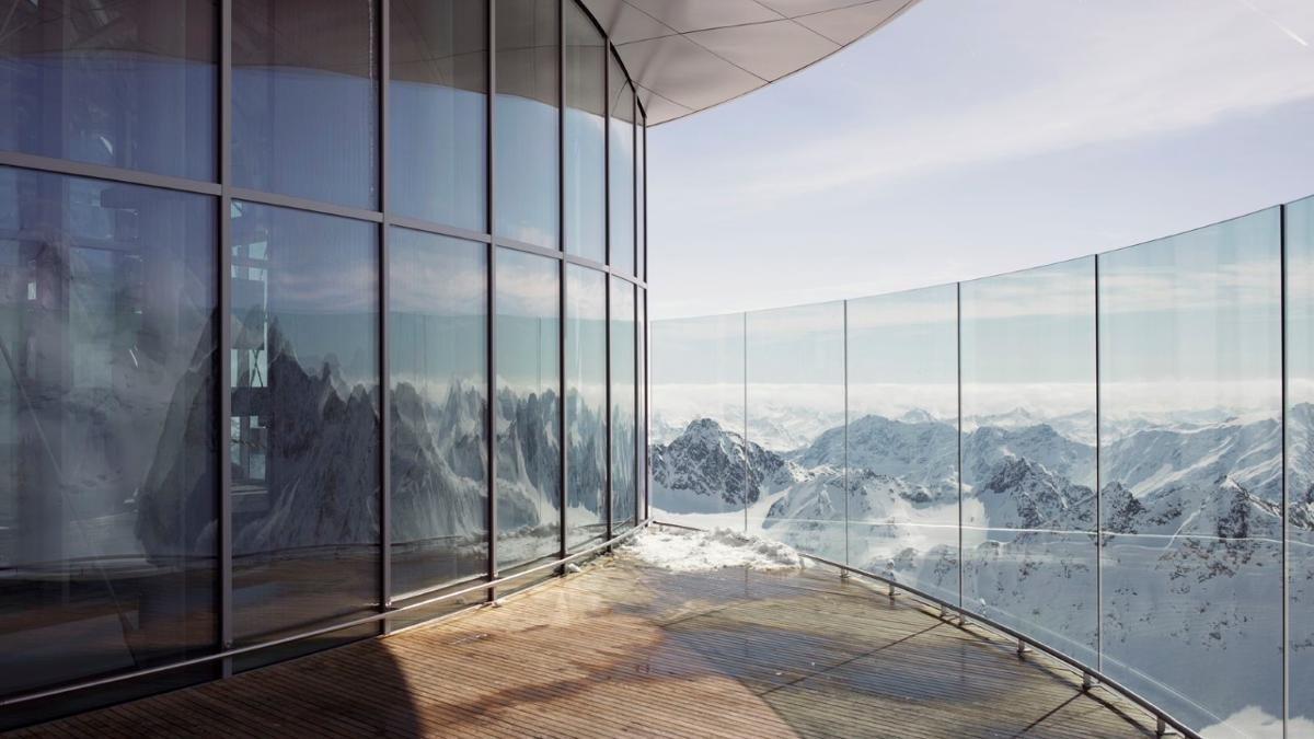 """Mit einem Superlativ wartet auch das """"Café 3440"""" am Pitztaler Gletscher auf, das seine Besonderheit schon im Namen trägt – es gibt in ganz Österreich keinen höher gelegenen Ort, an dem man Kaffeespezialitäten und hausgemachte Torten genießen kann., © Tirol Werbung/Verena Kathrein"""