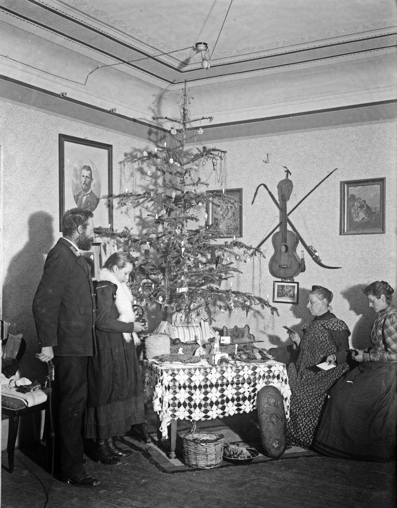 Ein seltenes Fotodokument aus so früher Zeit: Weihnachten im Jahre 1900 bei der Familie Kneußl in Schwaz(Auch wenn es so aussieht, die Dame rechts hat kein Handy in der Hand). Bildquelle: Sammlung Kneußl – TAP, Lienz
