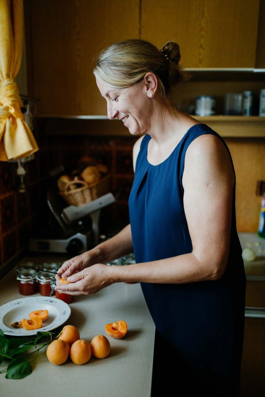 Verena beim Einkochen der Marillen, die vor dem Küchenfenster gereift sind.