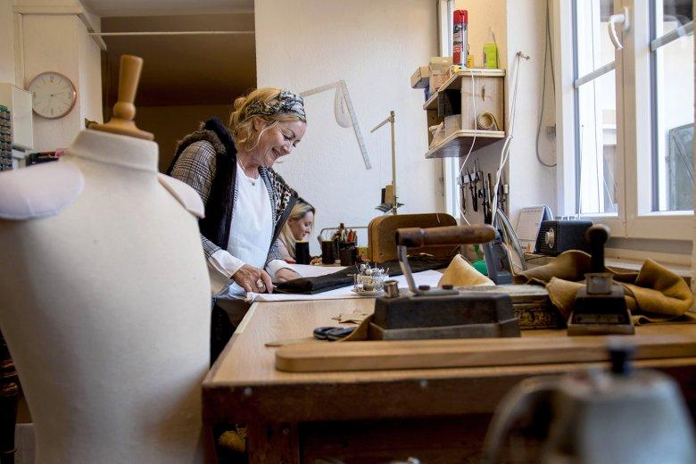 Säcklermeisterin Stefanie Wimmer in ihrer Osttiroler Werkstatt. Foto: Tyrolia Verlag