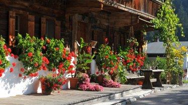 Kelchsau- Bauernhof mit Blumen am Weg, © Kitzbüheler Alpen