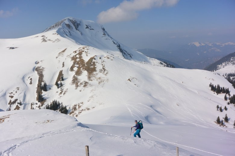 Im Hintergrund gut erkennbar: Der meist abgeblasene Gipfelrücken des Juifen.