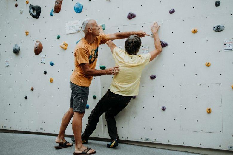 Beim Bouldern und Klettern arbeitet Markus Schauer an z.B. den Angststörungen seiner Patienten.