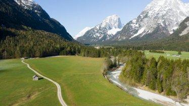 Frühlingswanderung entlang der Leutascher Ache, © Tirol Werbung/Mario Webhofer