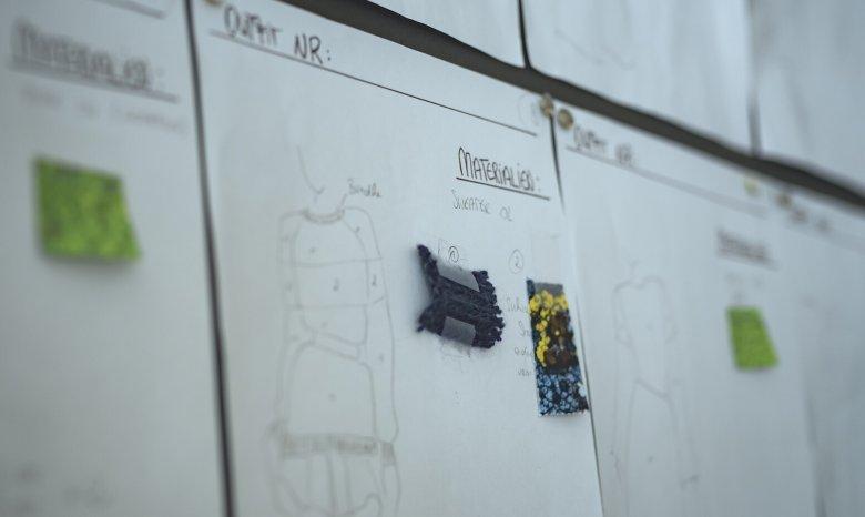 Welche Stoffe kommen zum Einsatz? Die Modedesignerin gibt die Auswahl vor.
