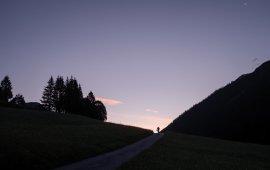 6.00 UHR Über der kleinen Gemeinde Namlos geht die Sonne auf. Einer ist schon unterwegs.