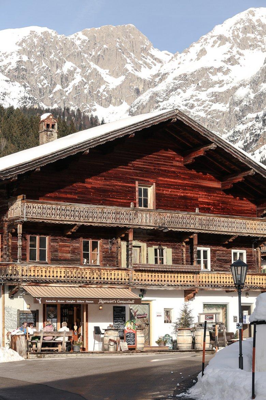 Mitten im Dorf von Scheffau in einem 400 Jahre alten Bauernhaus wurde ein kleiner Lebensmittelladen mit ganz besonderen Delikatessen eingerichtet.