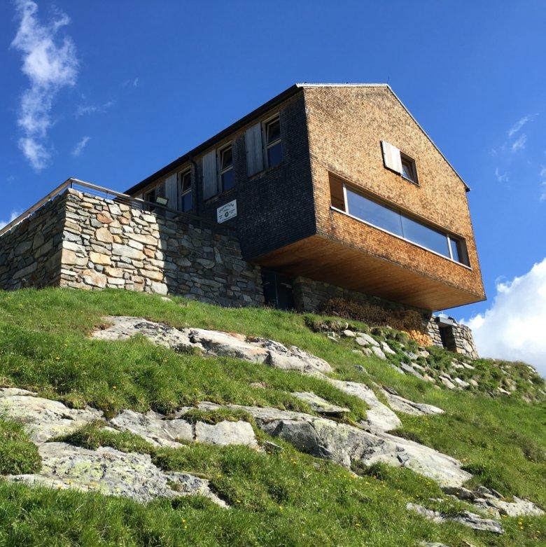 Auch von außen gut erkennbar: Das südseitige Panoramafenster der Olpererhütte.