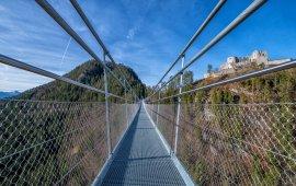 Auf der Highline mit Blick zur Burg Ehrenberg. Foto: Naturparkregion Reutte
