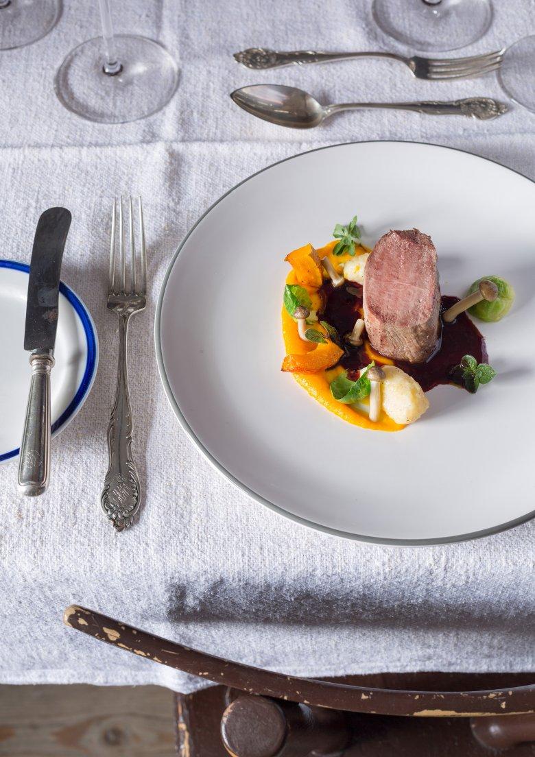 Das Reich von Katharina Foidl: die Küche und Gaststuben der Angerer Alm. Untertags wird Hausmannskost serviert, am Abend schlägt die Stunde der kulinarischen Kreativität.