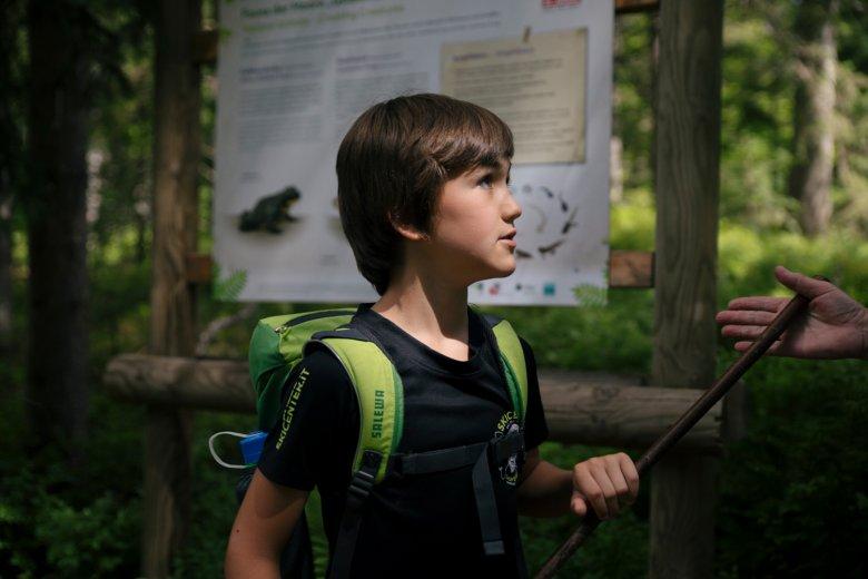 Maxi ist erstaunt darüber, was es in der Natur alles zu entdecken gibt.