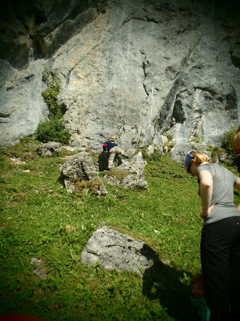 Erste Versuche im Klettergarten Schrofenwies (c) Tirol Werbung – Julia König
