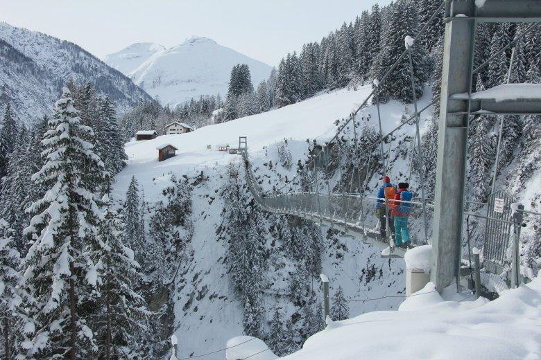 Die 200 Meter lange Holzgauer Brücke führt über die wildromantische Höhenbachtalschlucht. © Lechtal Tourismus