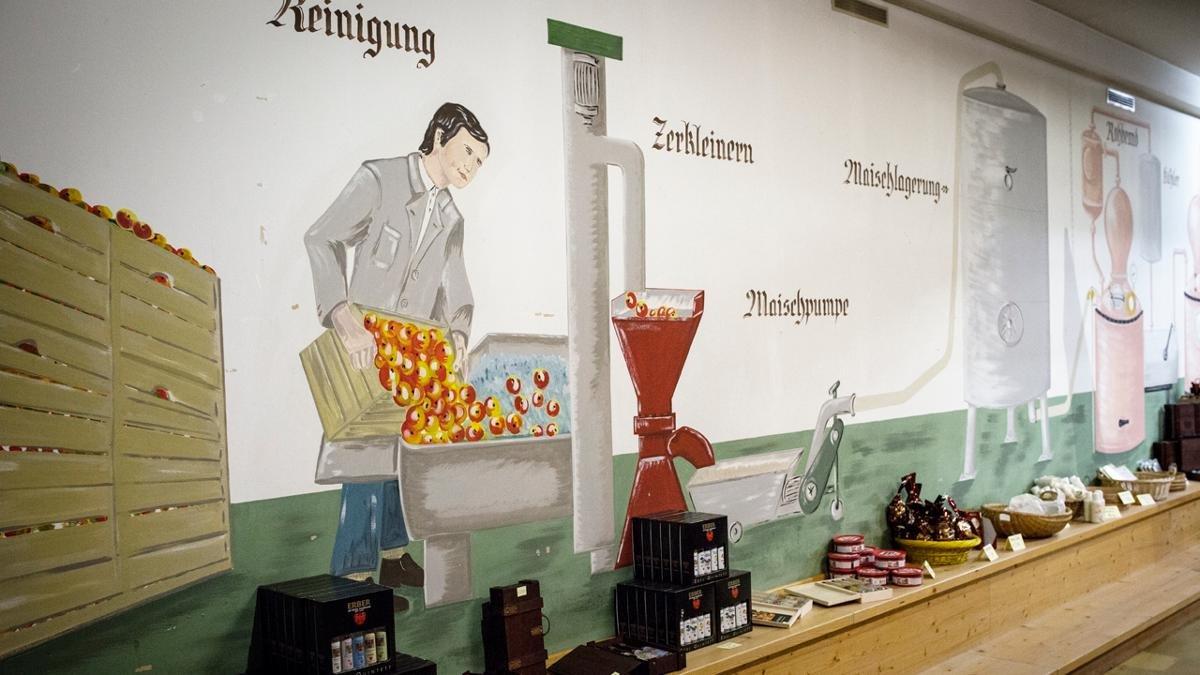 In der 400 Jahre alten Destillerie sind Gäste, die hinter das Geheimnis des Schnapsbrennens kommen möchten, herzlich willkommen – Führungen nach Voranmeldung!, © Tirol Werbung/Lisa Hörterer