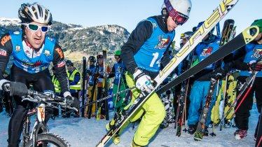 Immer im Team: Die Teilnehmenden des harten Wettkampfs Rise&Fall Mayrhofen holen das Letzte aus sich heraus, © Michael-Werlberger
