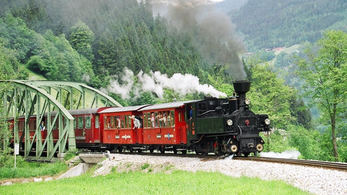 Die Zillertalbahn ist eine Schmalspurbahn, die von Jenbach bis nach Mayrhofen führt. Betrieben wird die Bahn heute mit Diesellokomotiven, zu besonderen Gelegenheiten kommen aber auch noch alte Dampfloks zum Einsatz., © Zillertalbahn