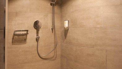 Die begehbare Dusche in der Hof-Suite