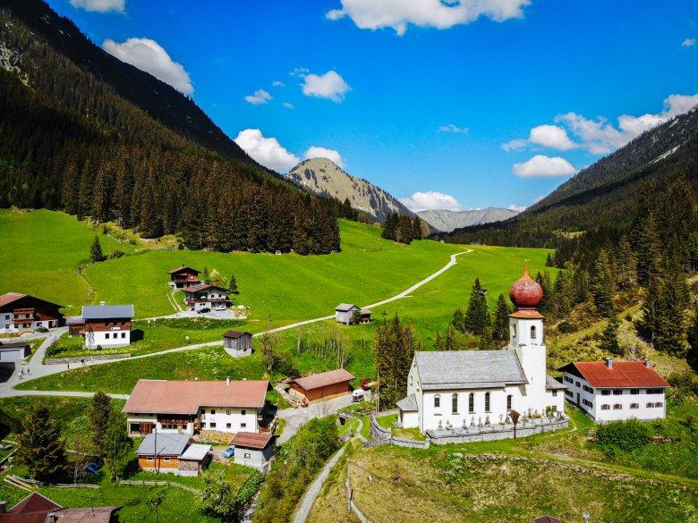 Klein, aber fein: Das Bergdorf Namlos auf 1225 m Seehöhe in den Lechtalter Alpen. (Foto: Tiroler Zugspitzarena/Somweber)           , © Tiroler Zugspitzarena/Somweber