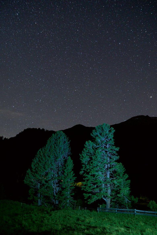 Kaum 100 Sterne kann man in einer Vorstadtnacht am Himmel erkennen – in den Bergen sind es viele Tausend (und dazu noch die Andromeda-Galaxie und Raumstationen).