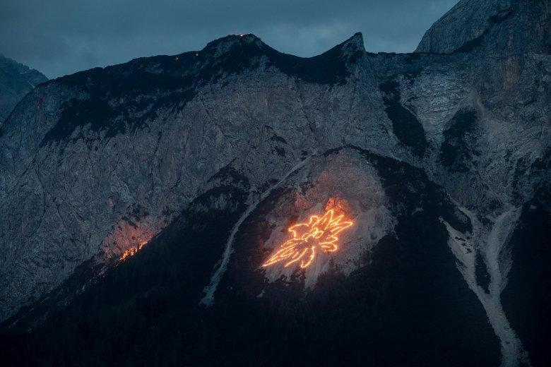 Sonnwendfeuer: Blick auf die Ehrwalder Sonnenspitze