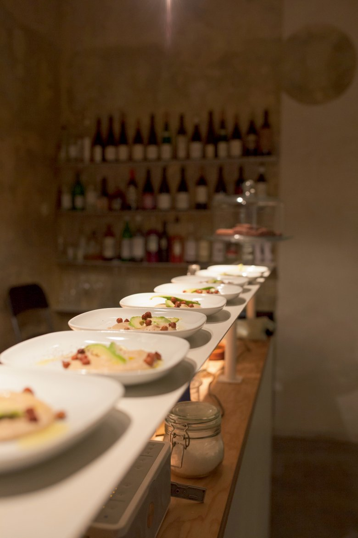 Er versorgt die Gäste mit vegetarischem Essen und kritischen Weisheiten.