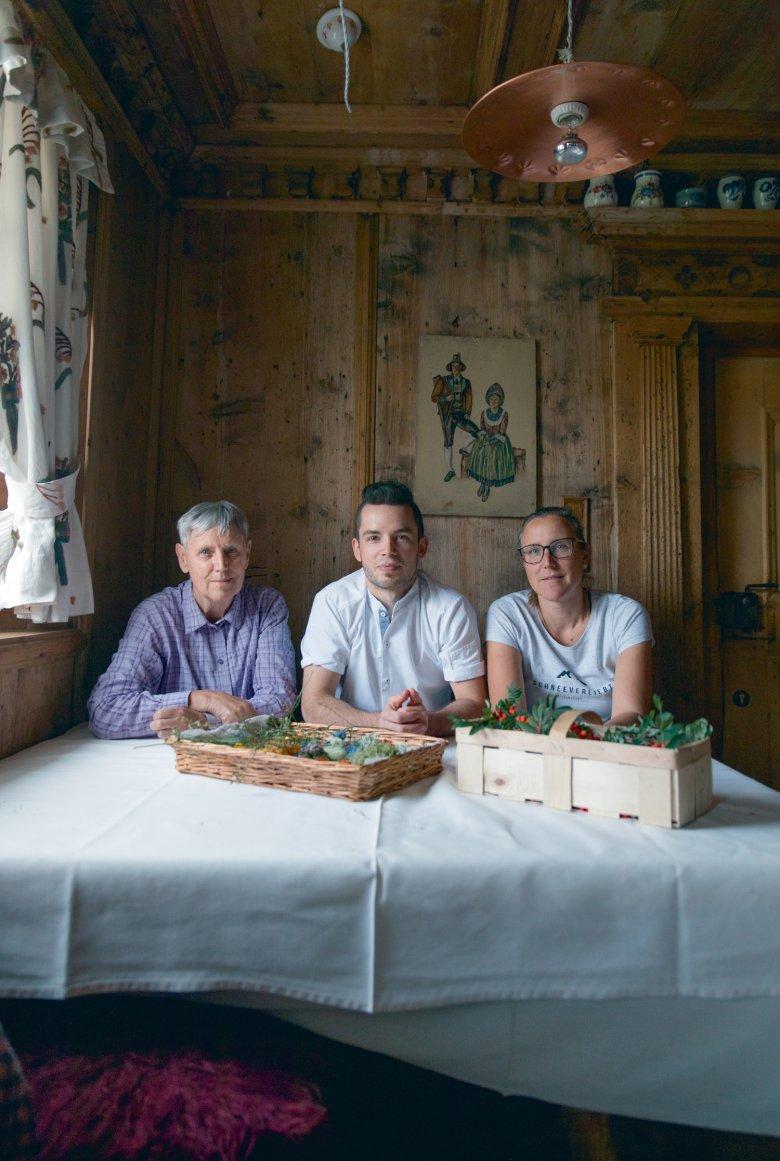 Michael Ploner, Rose-Marie und Barbara Waldegger sortieren in der uralten Stube des Hotel Central den Fund des Tages.