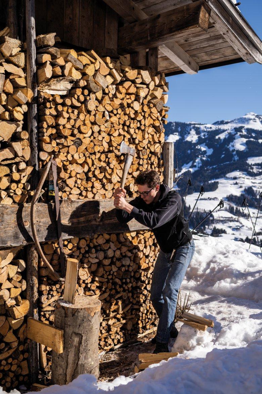 Und Zack: Oskar macht Kleinholz zum Anfeuern. Auf einer Hütte wird man zum Pyromanen.